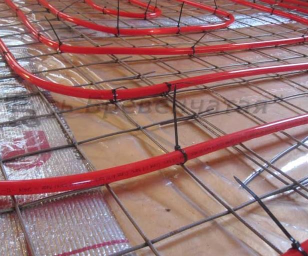 Крепление трубы для теплого пола на кладочную сетку на нейлоновые хомуты